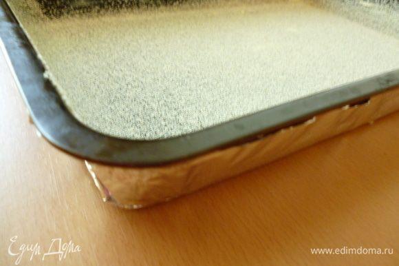 Форму для выпечки обернуть двумя-тремя слоями фольги, чтобы бисквит не поднимался горкой и не подгорали бока. Форму выстлать бумагой для выпечки или, как у меня, смазать холодным сливочным маслом и посыпать манкой. Вылить тесто и разровнять верх (забыла сделать фото). У меня прямоугольная форма 20х30см.