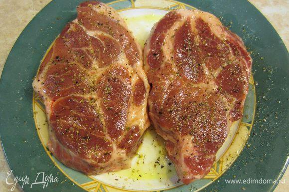 Посыпьте мясо со всех сторон солью, перцем и орегано.