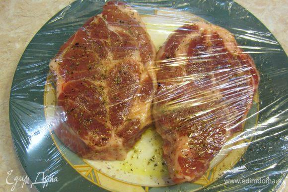 Закройте мясо пленкой и оставьте мариноваться при комнатной температуре в течение одного часа.