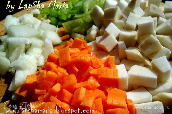 Сельдерей и лук нашинкуем, корень петрушки или сельдерея очистим и нарежем кубиками примерно 1,5х1,5 см. А морковку помельче тоже на кубики, примерно 0,5х0,5.