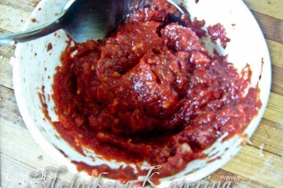 Приготовить томатный соус. К томатной пасте добавить чеснок, пропущенный через пресс, немного соли, перца, трав.
