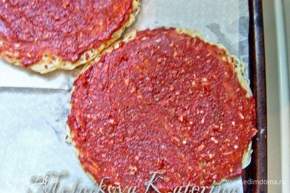 Застелить противень пекарской бумагой, выложить обе основы. Смазать их томатным соусом.