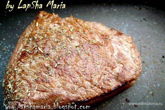 Переложим в форму для запекания, хорошо посолим, поперчим и приправим травами. Ставим в духовку при температуре 180-190С примерно на 30-45 минут. Время приготовления зависит от того какой степени прожарки мясо вы предпочитаете. С кровью - 30 минут. Прожаренное - 45. Также много зависит от толщины вашего кусочка. Поэтому проверяете мясо надрезав или проткнув, если сок красный - с кровью, розовый - слабой прожарки, прозрачный - прожаренный. Так же можно определять готовность мяса, нажав на него подушечкой пальца. Если мягкость мяса на ощупь как губа - с кровью (RARE), если как кончик носа - слабой прожарки (MEDIUM RARE), если как лоб - прожарено(WELL DONE).