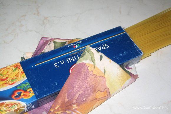 """Итальянские спагетти № 3 следует отваривать 3 минуты, чтобы не разварились - до состояния """"Al dente"""" (при этом на упаковке указано 5 минут). Если использовать другой вид пасты, при варке надо отнять 10% времени от того, которое указанно на упаковке"""