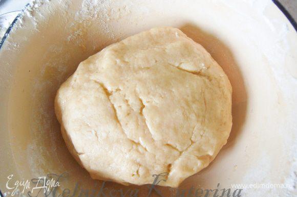 Затем добавить яйца, растопленное сливочное масло. Замесить тесто.