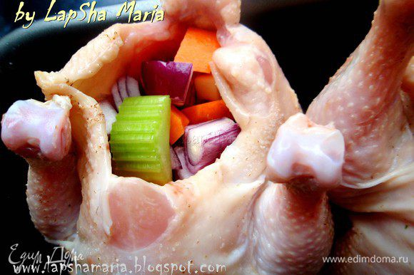 Цыплят хорошенько помоем, обсушим бумажным полотенцем. Как следует натрем их солью снаружи и внутри. В каждого цыпленка в равных долях положим овощи.