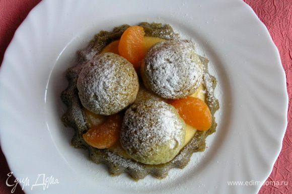 украсить профитролями (у меня с грейпфрутовым кремом по этому рецепту http://www.edimdoma.ru/retsepty/34753-rozhdestvenskiy-krokembush) и ощиченными от пленок дольками мандаринов. По желанию посыпать сахарной пудрой.