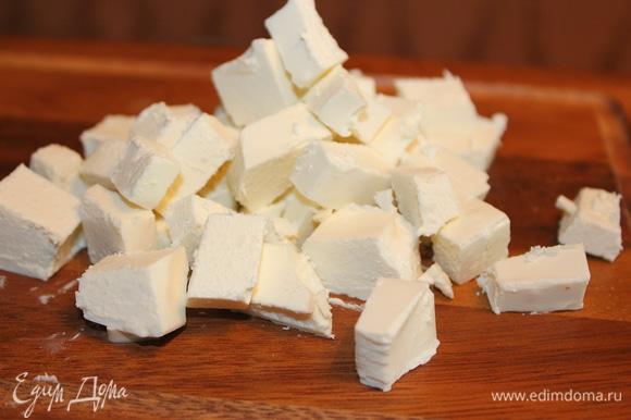 Сыр фета поломать на кусочки (кубики 1х1 см). Добавить сыр к томатам и луку.
