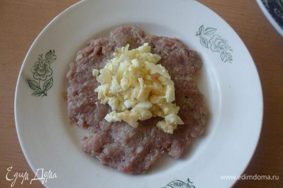 В центр лепешки кладем яично-сырную начинку