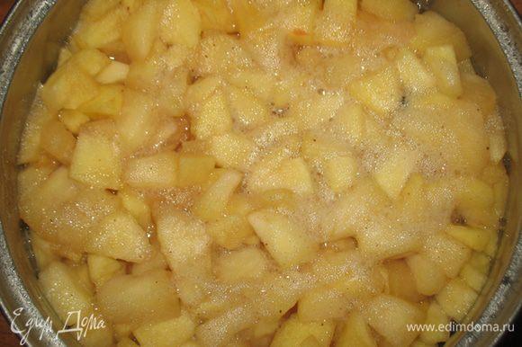 Положить в сироп яблоки и варить 7 минут (или до мягкости, зависит от яблок). Яблоки вынуть из сиропа, его процедить и добавить желатин, прогреть до растворения желатина, но не кипятить. Вернуть в сироп яблоки и остудить.
