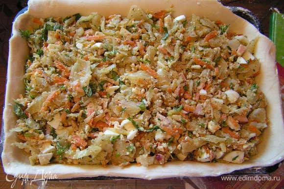 выложить начинку на тесто , разровнять и сбрызнуть оливковым маслом