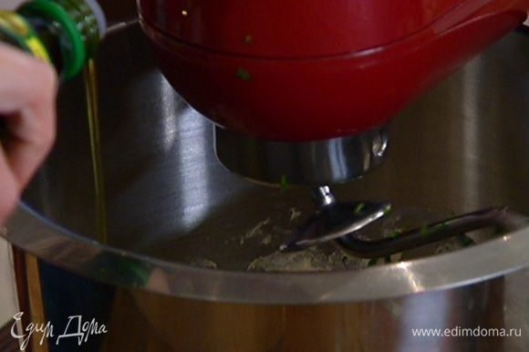 Влить 1 ст. ложку оливкового масла, перемешать.