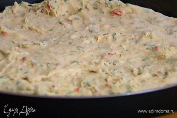 Большую форму для выпечки с невысокими бортами смазать оливковым маслом и выложить тесто.