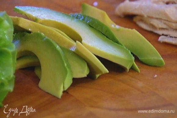 Авокадо почистить и нарезать ломтиками.