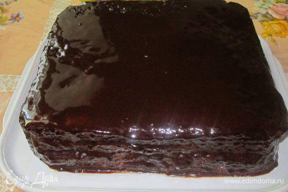 Верх и бока торта обмазываю глазурью. Для лучшей пропитки поставьте торт на несколько часов в холодильник. Приятного аппетита!