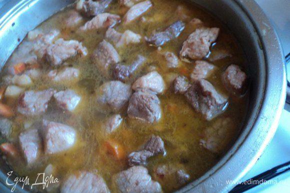 Затем в мясо налить немного горячей воды и потушить под крышкой до полуготовности.