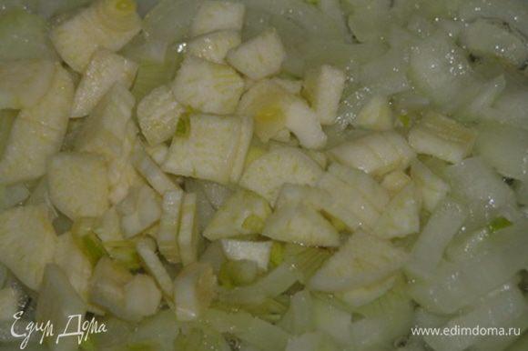 Приготовить начинку. Обжарить лук и чеснок на растопленном свином сале.