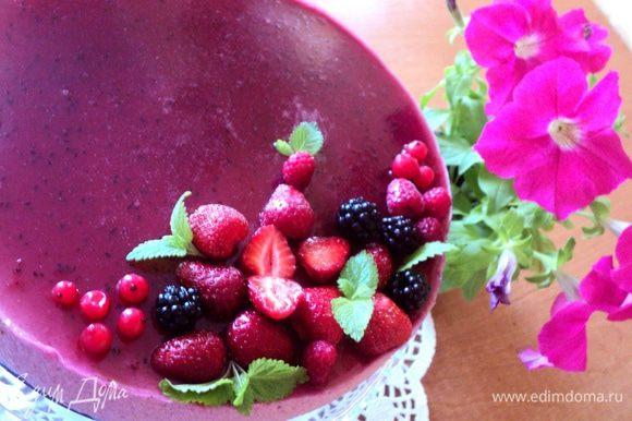 Снять с торта кольцо, удалить ленту из бумаги для выпечки. Перед подачей украсить ягодами.