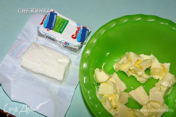 Масло должно быть размягченным при комнатной температуре. Сырки выглядят вот так. Они уже сладкие с ванилином.