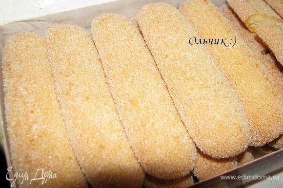В общее блюдо или порционно в бокалы выкладываем савоярди.