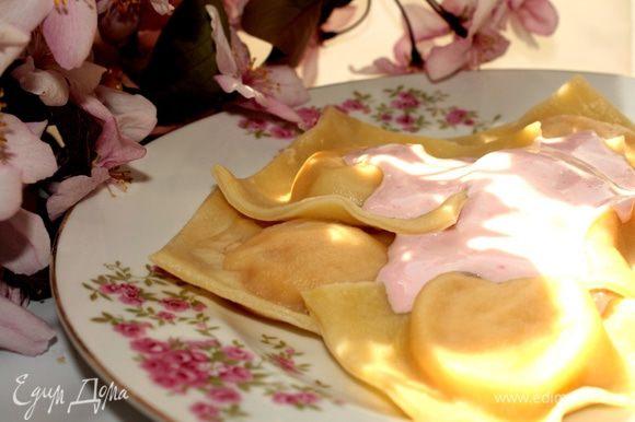 Для ягодного соуса смешать немного взбитые сливки с ягодным желе(смородиновым,малиновым и т.д.)