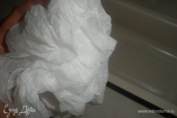 Теперь надо приготовить форму для выпечки. Смазываем ее маслом. Берем лист бумаги для выпечки и смачиваем его как следует, он становится как тряпка.