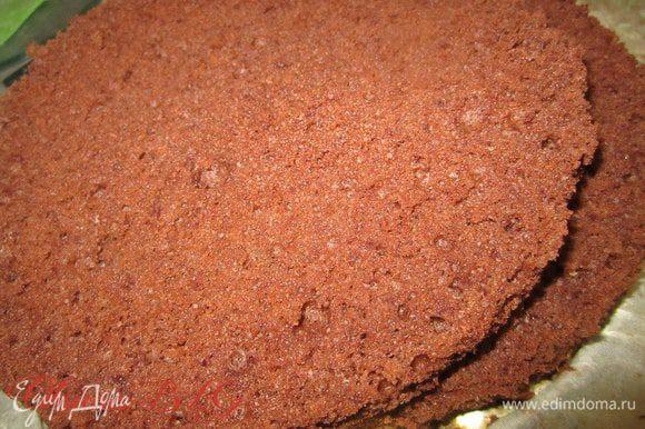 Из ингридиентов приготовить бисквит по рецепту http://www.edimdoma.ru/retsepty/38569-biskvit-na-kipyatke-belyy. В форме 18 см.