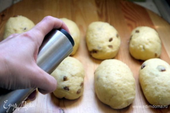 Готовые булочки обильно сбрызнуть из распылителя молоком.