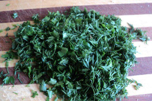 Отварить яйца, охладитиь и почистить. Мелко порезать зелень.
