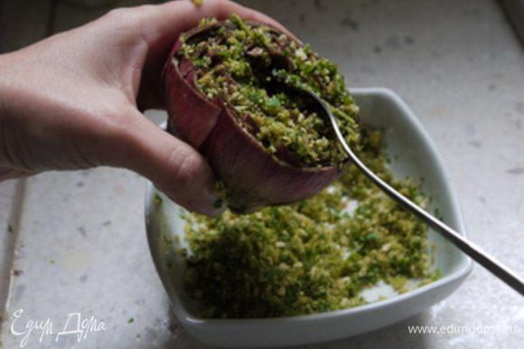 С помощью чайной ложки наполнить полученной смесью артишоки в серединке и между листьев.