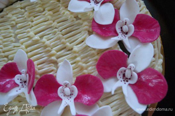 ...По цветочках перед подачей можно пройтись кисточкой смоченной в обычной воде (есть другие варианты)- для блеска...