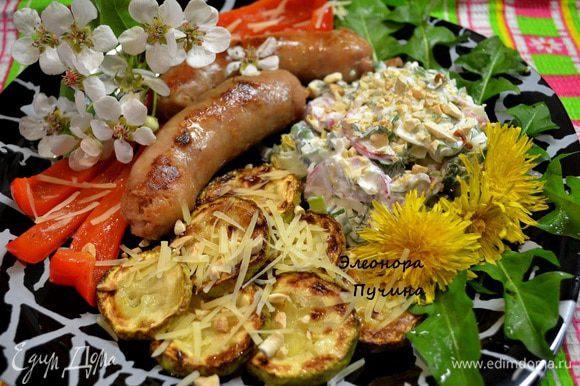 Салат подала: Кабачки обжарить с 2х сторон,болг.перец,колбаски для жарки из свинины.Посыпать пармезаном.