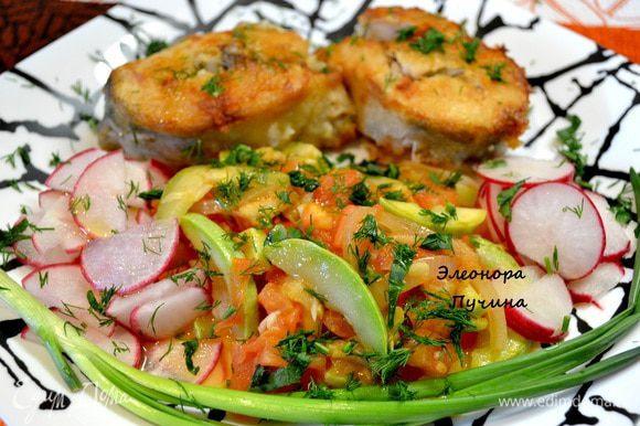 Чистим судачка,нарезаем на порционные кусочки,посыпаем специями для рыбы,обваливаем в муке и обжариваем с 2х сторон,добавляем немного кипятка и оставляем ещё на 5мин. под крышкой(так любая рыба остаётся сочной и вкусной). На другой сковородке обжариваем кабачок,лук,помидор,добавить зелень.Красиво и аппетитно распределяем рыбу с овощным рагу на тарелочку,я добавила порезанной редиски,посыпать свежей зеленью и полить оливковым маслом. Ужин готов за 20-25мин.