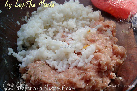 Куриный фарш посолить и поперчить, добавить сушенной или свежей мелкорубленной петрушки. Хорошенько перемешать и добавить остывший рис.