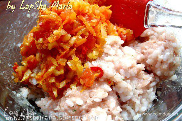 Добавить к фаршу с рисом остывшие обжаренные овощи и хорошо все перемешать.