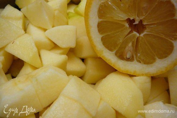 """Выложить нарезанные яблоки в сотейник,добавить к ним сок лимона и сахар(если яблоки несладкие,я не добавляла,использовала яблоки сорта""""Голден"""",довольно сладкие,да и в тесто уже добавили 3 ст.л.,мне хватило сладости)и воду,накрыть крышкой и томить на медленном огне 20минут."""