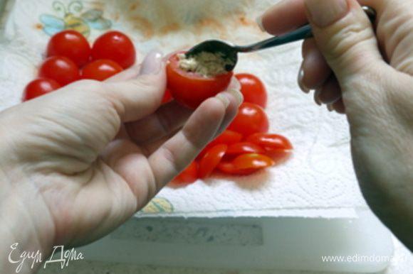 Полученной массой наполнить помидорчики, используя ту же кофейную ложечку.