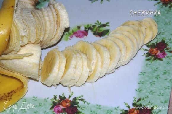 Банан нарезаем кружочками.