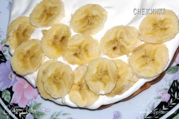 На блюдо кладем один корж, покрываем кремом. На крем раскладываем банан.
