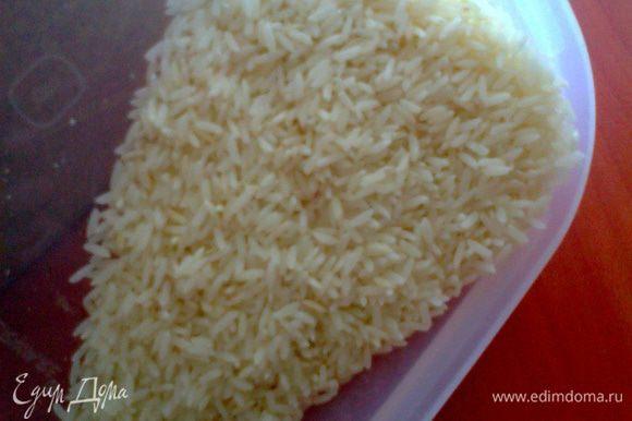 Промываем рис(примерно горсть)