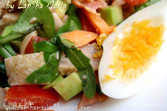 В миске смешаем все нарезанные ингредиенты(кроме яйц), мелко рубленный зеленый лук и листья рукколы и маше. Травы можно заменить на любые другие, которые у вас есть в наличии или которые вы больше любите. Заправим соусом, аккуратно перемешаем руками или двумя ложками и выложим сверху яйца. Приятного аппетита!