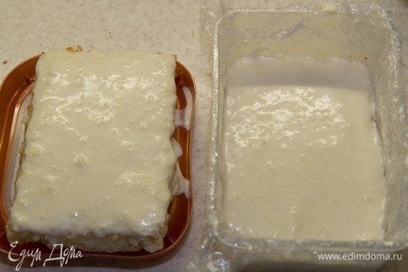 Берем форму. Застилаем ее пленкой, выкладываем 1 часть коржа. Заливаем ¾ сырного мусса. ¼ сырного мусса выливаем на вторую часть коржа – это будет верх. Убираем все это в холодильник.