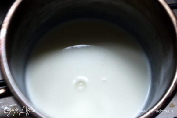 Замочить желатин в холодной воде на 10 минут. Через 10 минут растворить желатин в тёплых сливках (не кипятить).