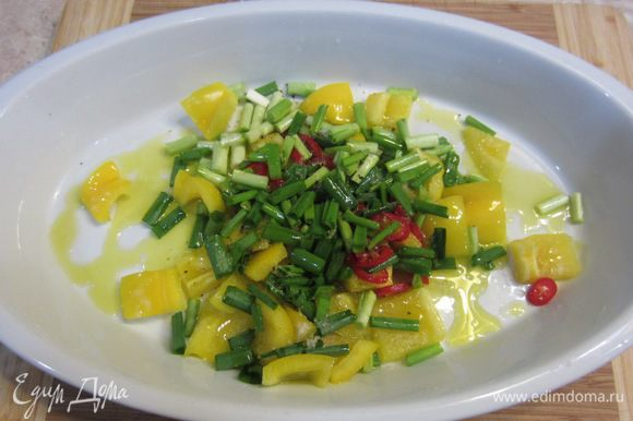 Положите в блюдо перцы, лук, налейте оливковое масло и сок половины лимона, посолите и поперчите смесь. Хорошо размешайте смесь.