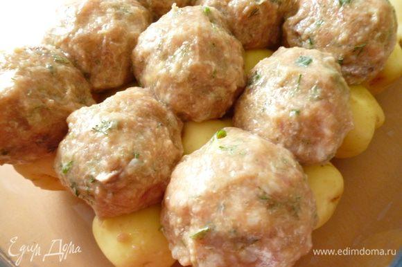 Картофель почистить.Берем форму для запекания,на дно выкладываем картофель.Из фарша формуем тефтельки величиной с крупное куриное яйцо.Выкладываем сверху на картофель.