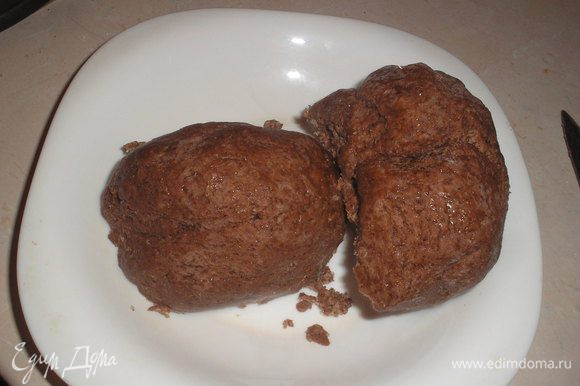Готовим тесто: для этого смешиваем мягкое масло, сметану, муку, яйцо, разрыхлитель, какао и замешиваем тесто. Тесто ставим в морозильную камеруна 3 часа. Разделяем на две одинаковые части.