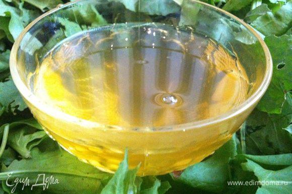 Сварить сироп из 1 кг сахара и 2 стаканов воды. Нарвать головки одуванчиков, освободить желтые лепесточки от зелени, опустить в сироп и варить минут 20. В конце за 2-3 минуты выжать сок 1/2 лимона. Снять с огня, остудить и процедить через сито или марлю.