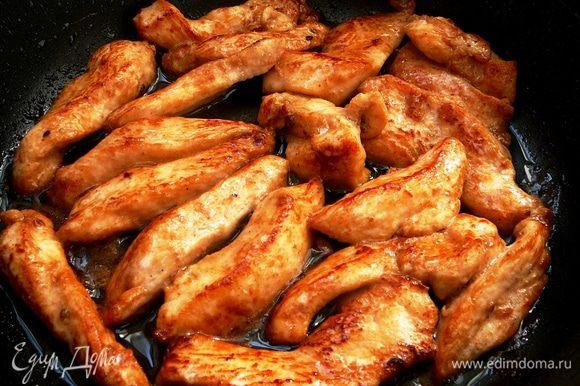 Хорошо разогреть сковороду (желательно с толстым дном) и на оливковом масле быстро обжарить курицу. Буквально по пару минут с каждой стороны...