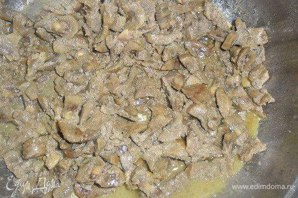 Заранее вымоченные в холодной воде говяжьи почки ( я замачиваю на ночь) нарезать небольшими брусочками и обжарить в растительном масле до полного выпаривания жидкости.