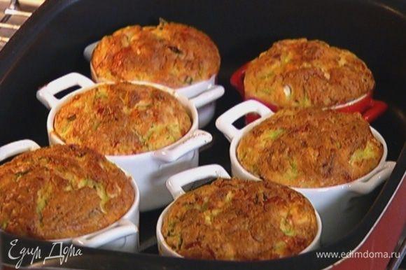 Разложить тесто в формочки и выпекать в маффины разогретой духовке 25 минут.